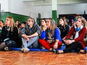 Professoras prestam atenção à palestra